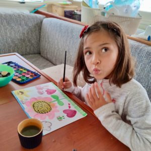 Девочка рисует на катамаране
