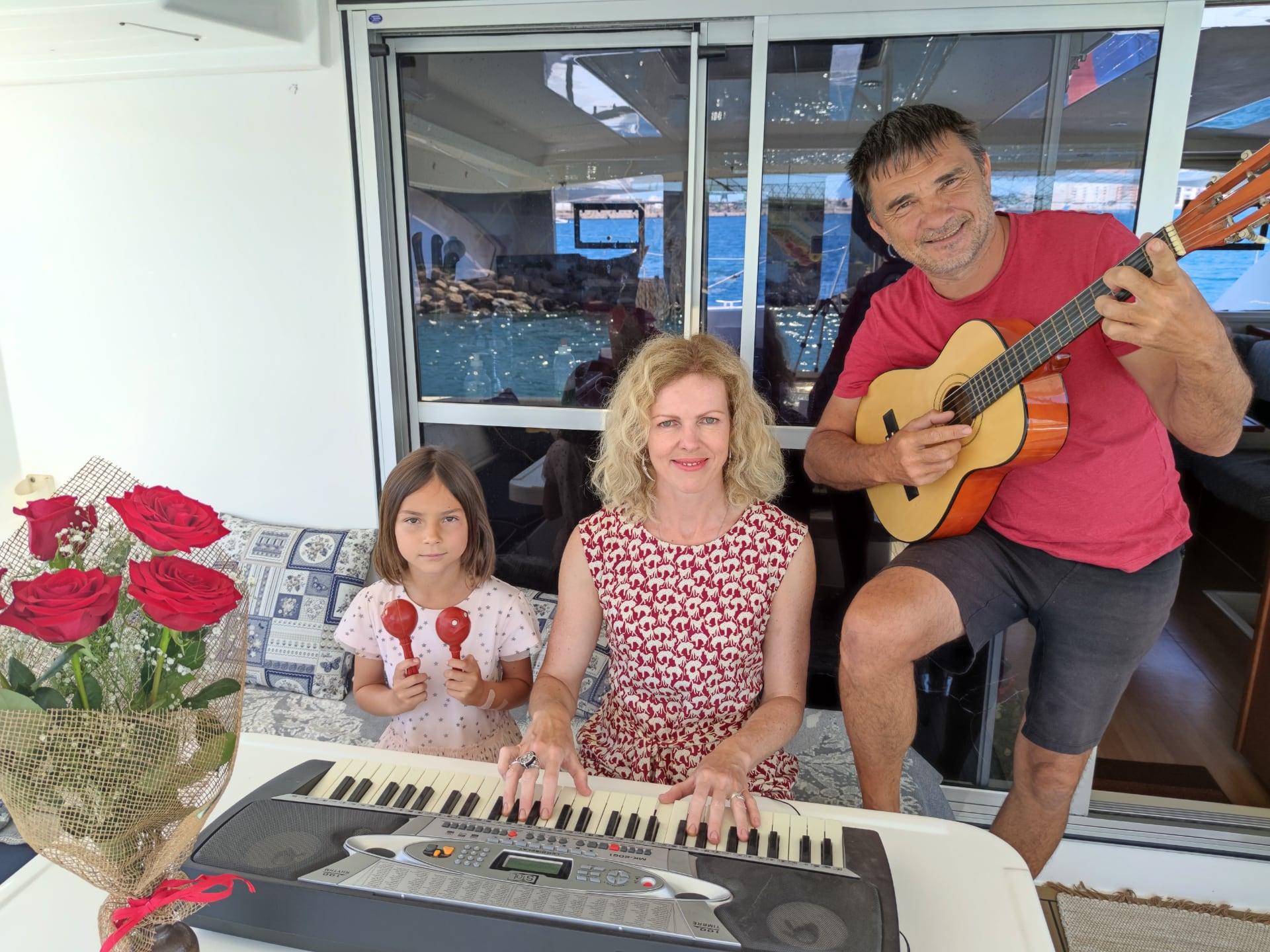 семья с музыкальными инструментами