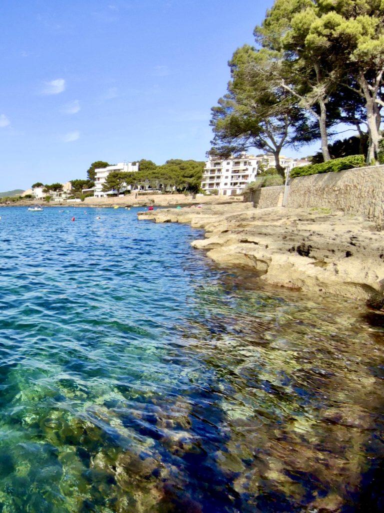 Прозрачная вода залив Санта Понса Майорка
