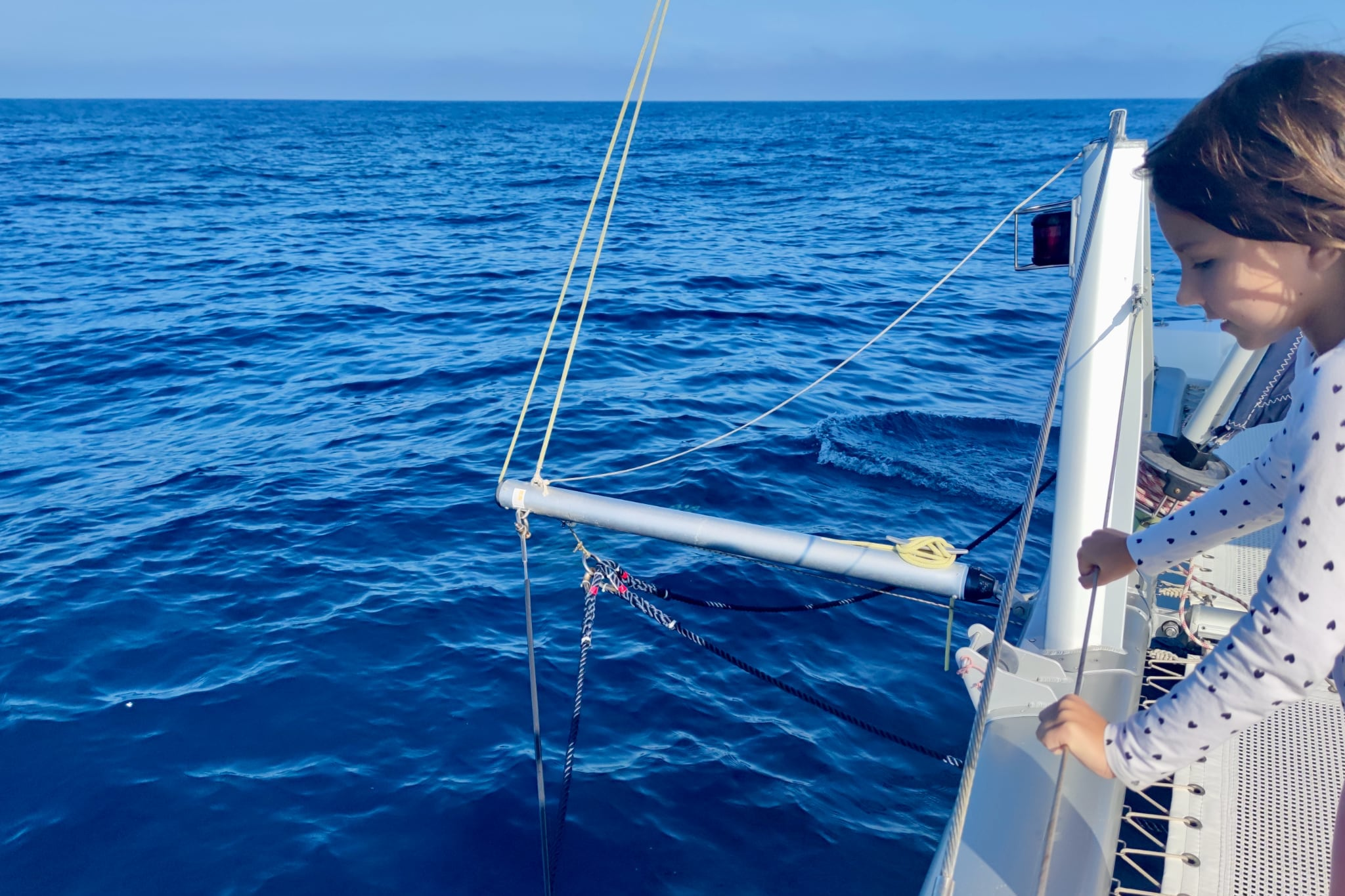 катамаран девочка синее море