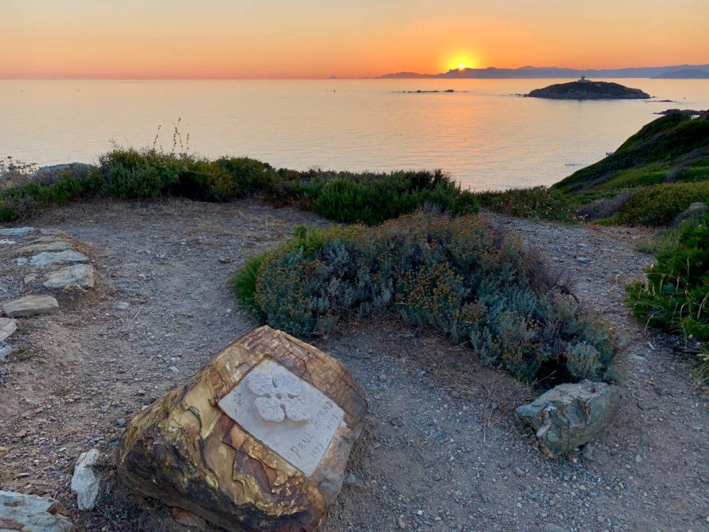 могила Поля Рикара остров Эмбье
