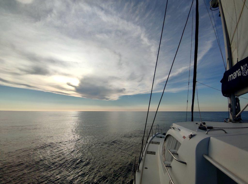 катамаран облако море